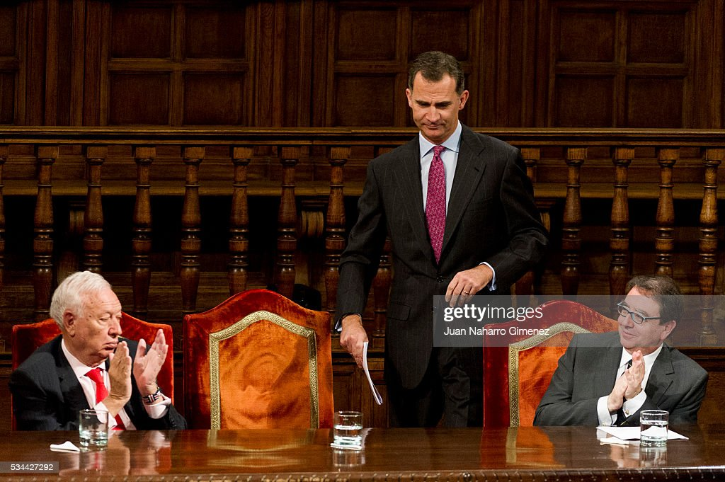 Jose Manuel Garcia-Margallo (L) and King Felipe VI of Spain (C) attend Premio Iberoamericano de Humor Grafico 'Quevedos' 2014 presentation at Paraninfo de la Universidad de Alcala de Henares on May 26, 2016 in Alcala de Henares, Spain.