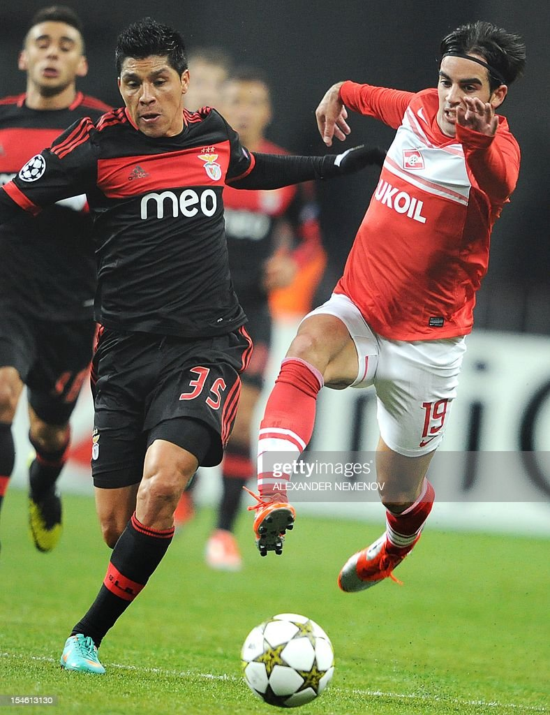 Jose Manuel Jurado (R) of FC Spartak Moskva vies with Enzo Perez of SL Benfica during their UEFA Champions League group G football match in Moscow on October 23, 2012. AFP PHOTO / ALEXANDER NEMENOV