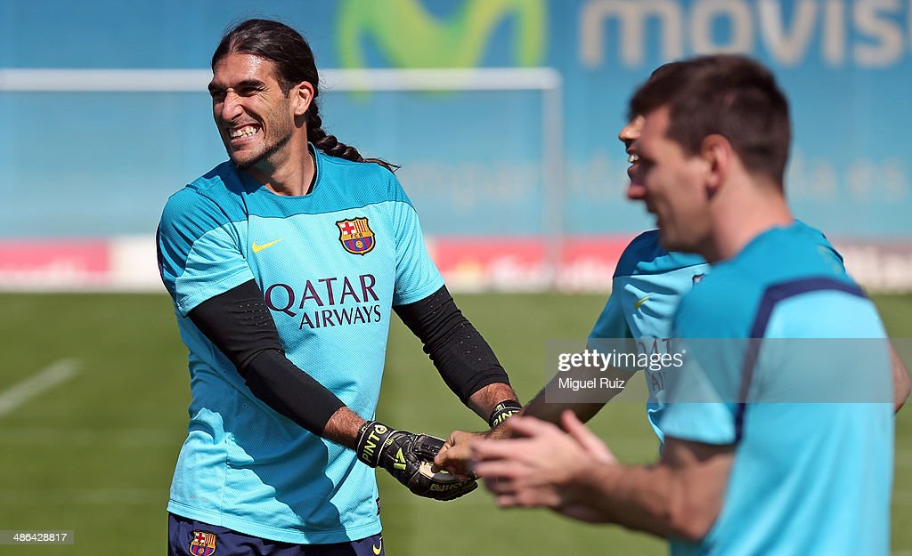 <a gi-track='captionPersonalityLinkClicked' href=/galleries/search?phrase=Jose+Manuel+Pinto&family=editorial&specificpeople=708358 ng-click='$event.stopPropagation()'>Jose Manuel Pinto</a> (L) of FC Barcelona jokes with his team-mates during the training session at Ciutat Esportiva on April 24, 2014 in Barcelona, Spain.