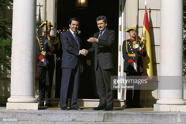 Jose Maria Aznar and Massimo D´Alema in La Moncloa The president of the Government shaking hands with the Italian prime minister