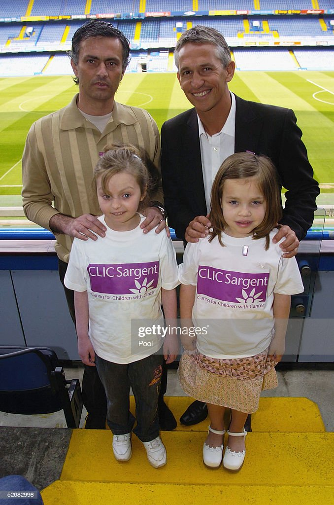 ¿Cuánto mide Gary Lineker? - Real height Jose-mourinho-and-gary-lineker-pose-with-children-from-the-clic-as-picture-id52682998