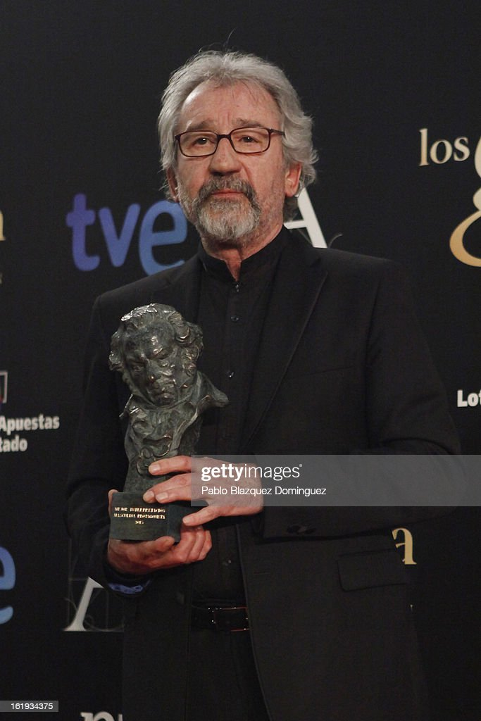 Jose Sacristan holds his award for Best Actor in the film 'El muerto y ser Feliz' during the 2013 edition of the 'Goya Cinema Awards' ceremony at Centro de Congresos Principe Felipe on February 17, 2013 in Madrid, Spain.