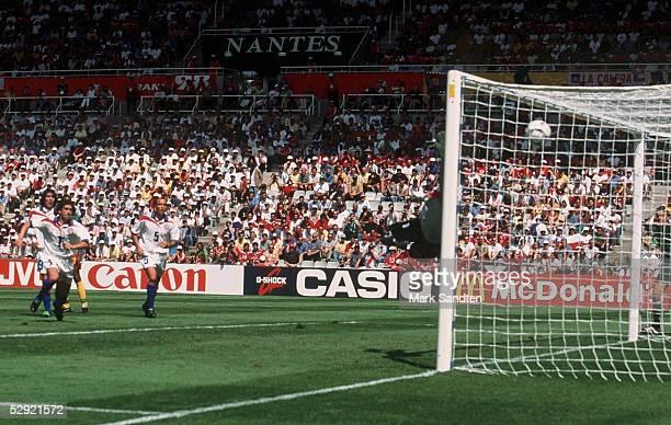 1 Jose SIERRA/CHI erzielt mit diesem Freistoss das TOR zum 10
