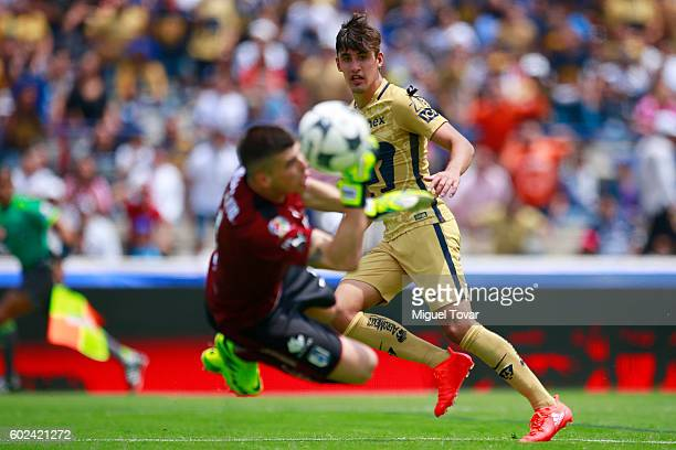 Josecarlos Van Rankin of Pumas scores past Tiago Volpi of Queretaro during the 8th round match between Pumas UNAM and Queretaro as part of the Torneo...