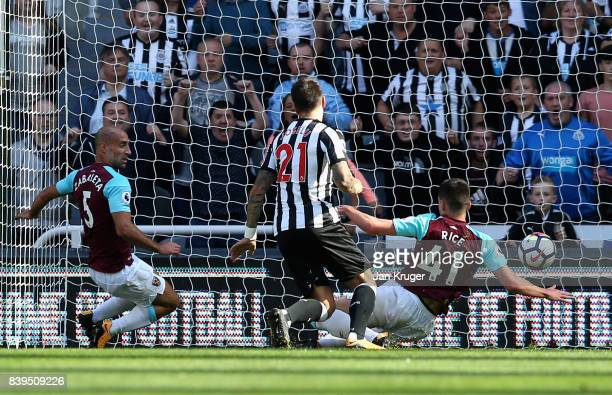 Joselu of Newcastle United scores his sides first goal during the Premier League match between Newcastle United and West Ham United at St James Park...