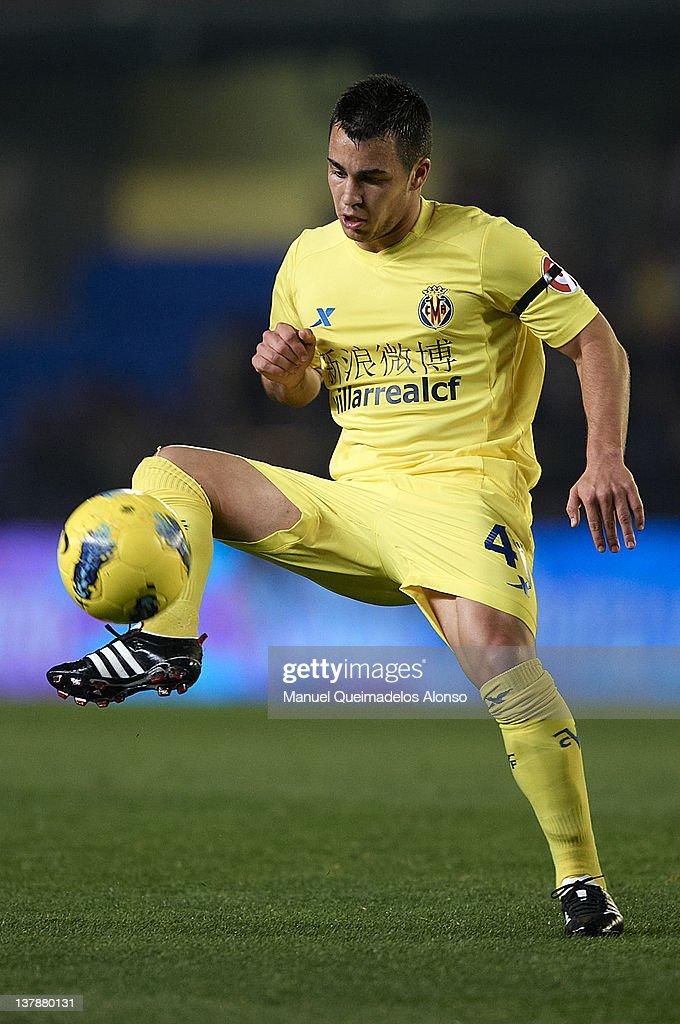 Joselu of Villarreal controls the ball during the la Liga match between Villarreal and Barcelona at El Madrigal on January 28, 2012 in Villarreal, Spain.