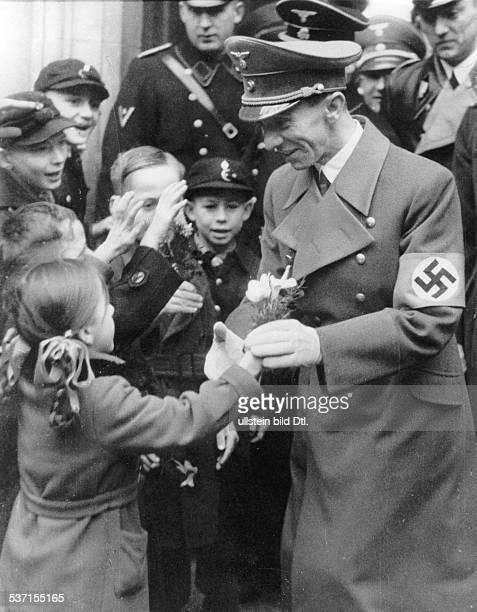 Joseph Goebbels Politiker NSDAP D Empfang in der Volksschule 292 in der Zechliner Strasse in Berlin Wedding vor seiner Rede zum sechsten Jahrestag...