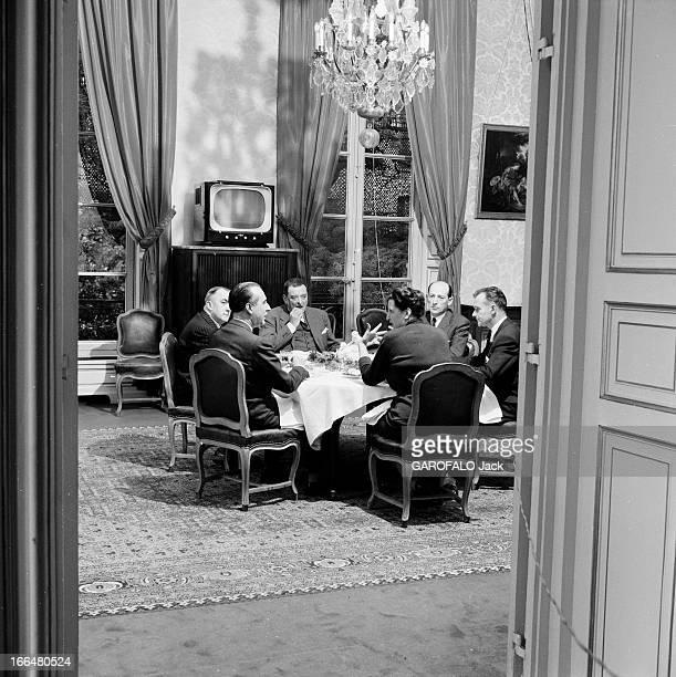 Joseph Laniel Lisieux château de Villiers Octobre 1953 Joseph LANIEL premier ministre Français en costume troispièces assis avec son équipe autour...