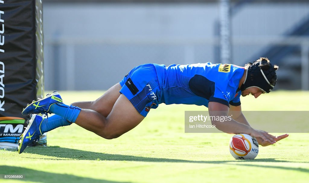 Joseph Tramontana of Italy scores a try during the 2017 Rugby League World Cup match between Italy and the USA at 1300SMILES Stadium on November 5, 2017 in Townsville, Australia.