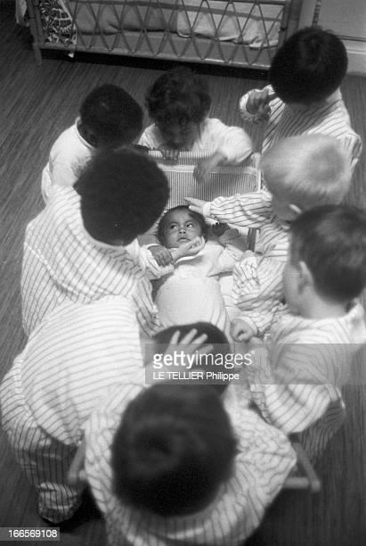 Josephine Baker Adopts A Tenth Child CastelnaudlaChapelle 28 avril 1959 Dans une chambre du château des Milandes les 9 premiers enfants adoptés par...