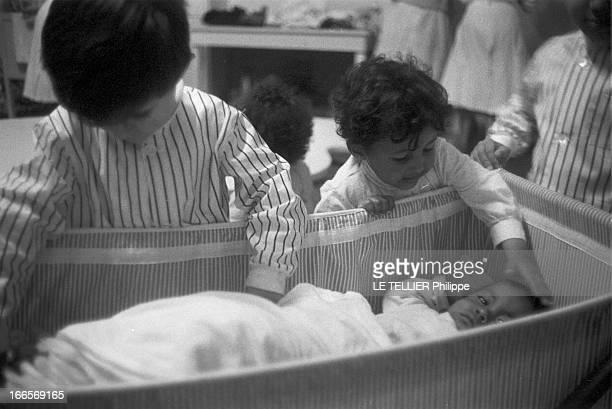 Josephine Baker Adopts A Tenth Child CastelnaudlaChapelle 28 avril 1959 Dans une chambre du château des Milandes deux des enfants adoptés par...