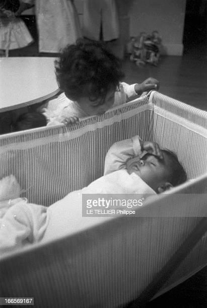 Josephine Baker Adopts A Tenth Child CastelnaudlaChapelle 28 avril 1959 Dans une chambre du château des Milandes un des enfants adoptés par Joséphine...