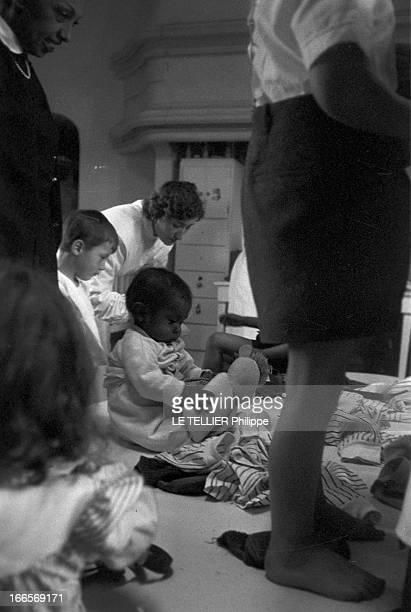 Josephine Baker Adopts A Tenth Child CastelnaudlaChapelle 28 avril 1959 Dans une chambre du château des Milandes Joséphine BAKER à gauche regarde...