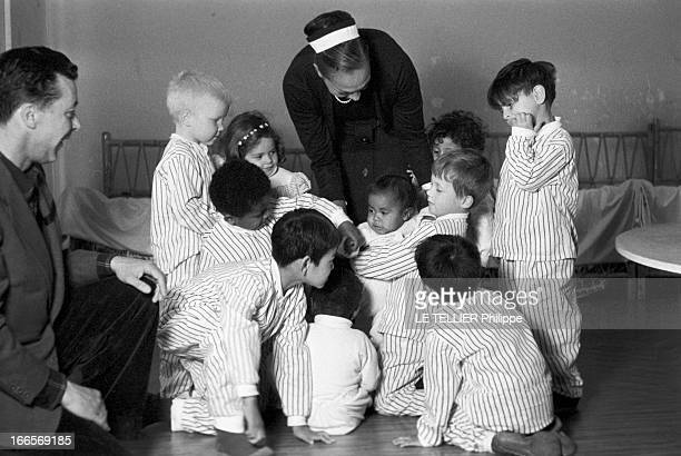 Josephine Baker Adopts A Tenth Child CastelnaudlaChapelle 28 avril 1959 Dans une chambre du château des Milandes Joséphine BAKER coiffée d'un chignon...