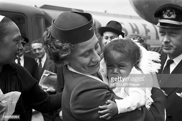Josephine Baker Adopts A Tenth Child En France le 25 avril 1959 sur la piste d'un aéroport une hôtesse de l'air tient dans ses bras Mara le 10e...