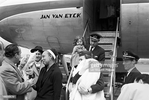 Josephine Baker Adopts A Tenth Child En France le 25 avril 1959 sur la piste d'un aéroport Joséphine BAKER à gauche à sa descente d'avion accueillie...