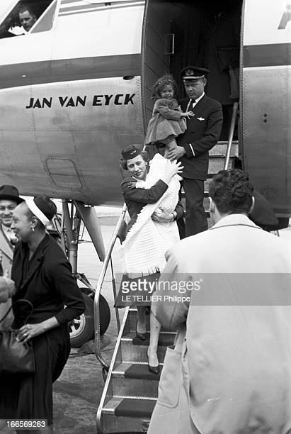 Josephine Baker Adopts A Tenth Child En France le 25 avril 1959 sur la piste d'un aéroport Joséphine BAKER à gauche à sa descente d'avion suivie sur...