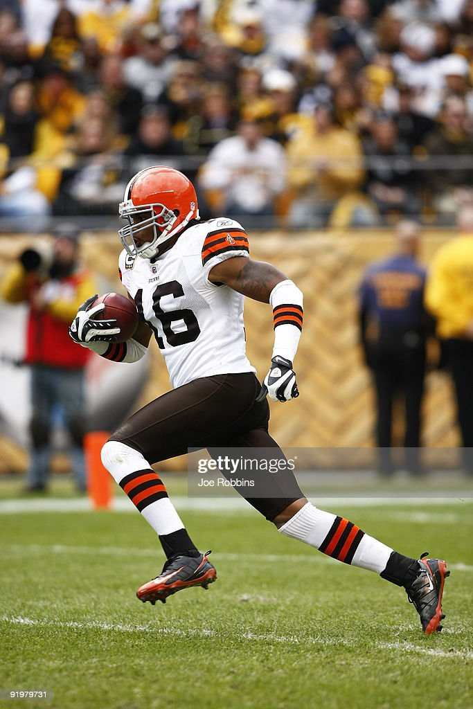 Josh Cribbs of the Cleveland Browns returns a kickoff for a touchdown in the first half against the Pittsburgh Steelers at Heinz Field on October 18...