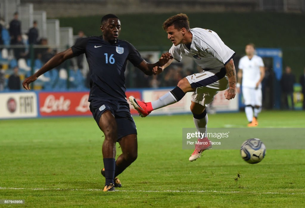 Josh Dasilva of England U20 competes for the ball with (R) Simone Minelli of Italy U21 during the 8 Nations Tournament match between Italy U20 and England U20 on October 5, 2017 in Gorgonzola, Italy.