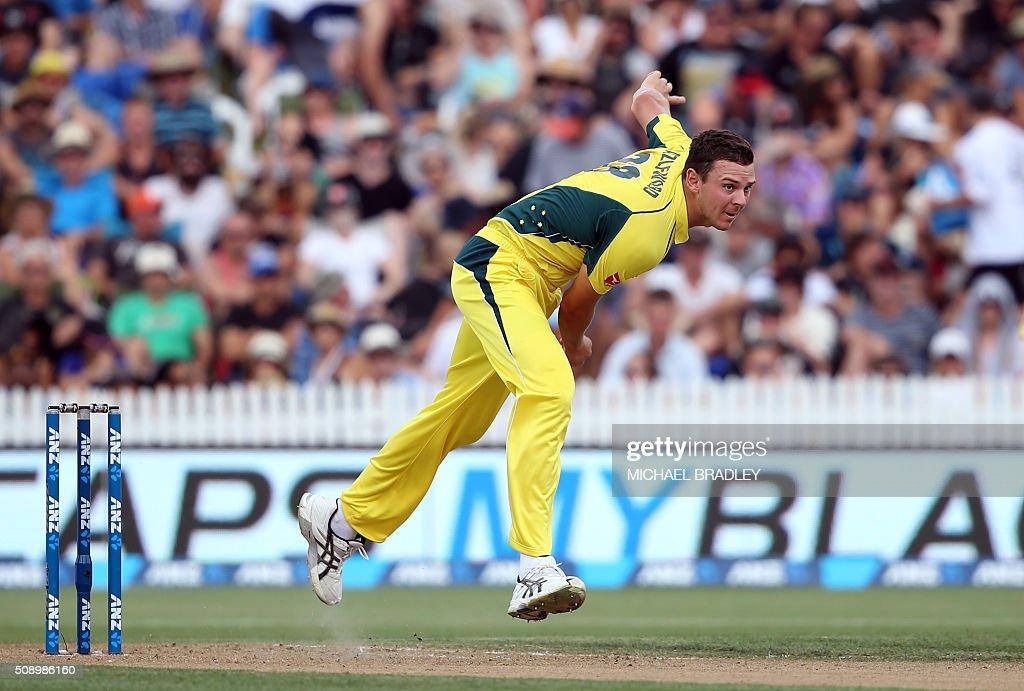 Josh Hazlewood of Australia bowls during the third one-day international cricket match between New Zealand and Australia at Seddon Park in Hamilton on February 8, 2016. AFP PHOTO / MICHAEL BRADLEY / AFP / MICHAEL BRADLEY