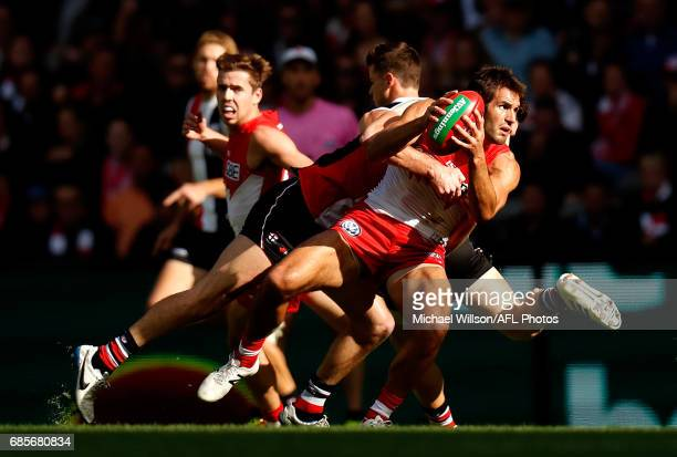 Josh Kennedy of the Swans in action during the 2017 AFL round 09 match between the St Kilda Saints and the Sydney Swans at Etihad Stadium on May 20...