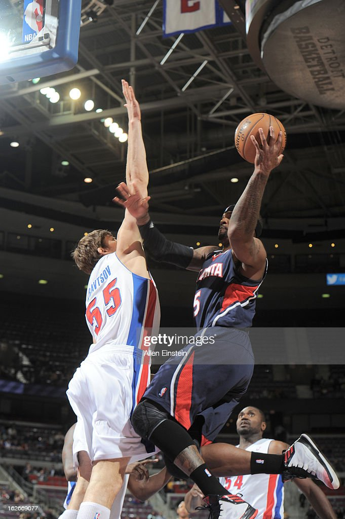 Josh Smith of the Atlanta Hawks goes to the basket against Viacheslav Kravtsov of the Detroit Pistons during the game between the Detroit Pistons and...