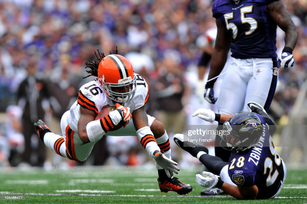 Joshua Cribbs of the Cleveland Browns runs the ball against the Baltimore Ravens at MT Bank Stadium on September 26 2010 in Baltimore Maryland The...
