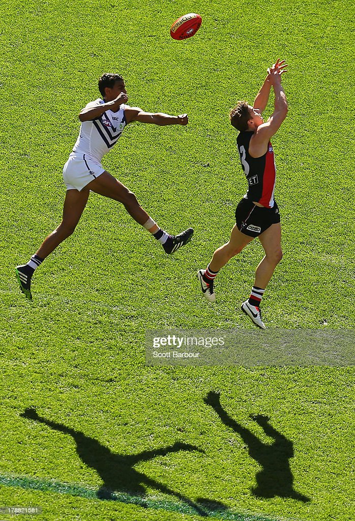Joshua Simpson of the Dockers and Tom Curren of the Saints compete for the ball during the round 23 AFL match between the St Kilda Saints and the Fremantle Dockers at Etihad Stadium on August 31, 2013 in Melbourne, Australia.
