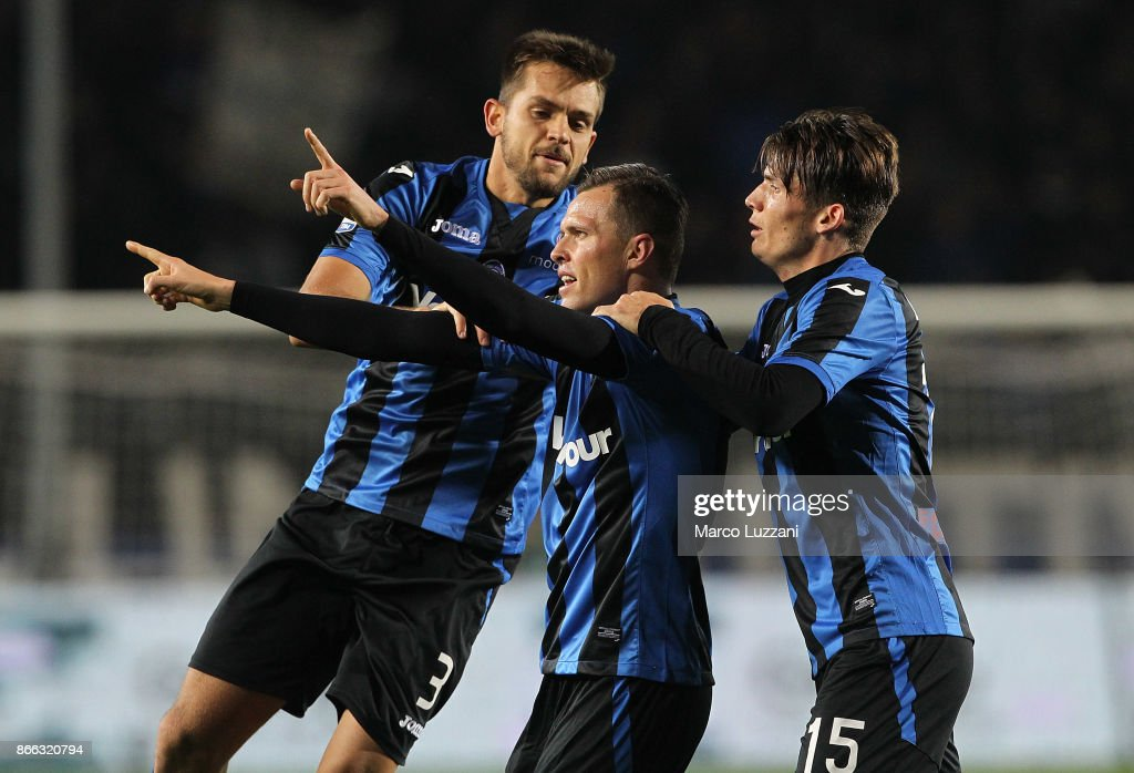 Josip Ilicic (C) of Atalanta BC celebrates his goal with his team-mates Rafael Toloi (L) and Marten De Roon (R) during the Serie A match between Atalanta BC and Hellas Verona FC at Stadio Atleti Azzurri d'Italia on October 25, 2017 in Bergamo, Italy.