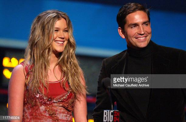Joss Stone and Jim Caviezel introduce the performance by Maroon 5