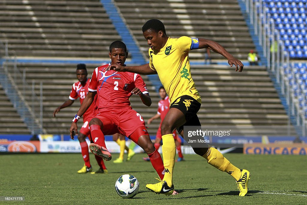 Josue Flores (L) of Panama struggles for the ball with Alvas Powell (R) of Jamaica during the championship game of the U-20 CONCACAF zone in the Cuauhtemoc stadium on February 23, 2013 in Puebla, Mexico