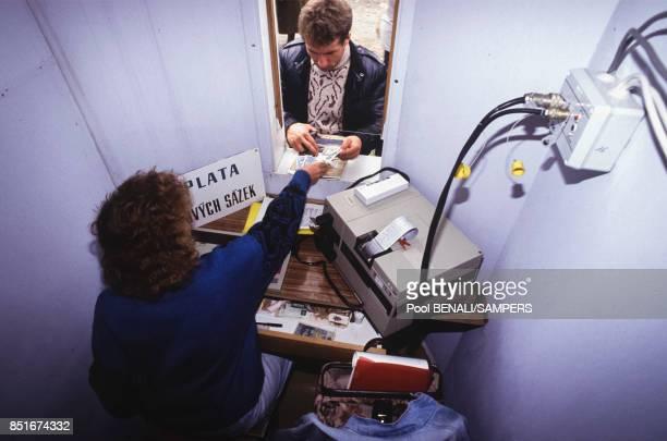 Joueur faisant enregistrer son pari lors de la course hippique de Pardubice le 14 novembre 1991 République tchèque