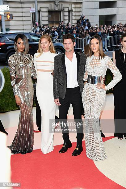 Jourdan Dunn Doutzen Kroes Sean O'Pry and Alessandra Ambrosio attend the 'Manus x Machina Fashion In An Age Of Technology' Costume Institute Gala at...