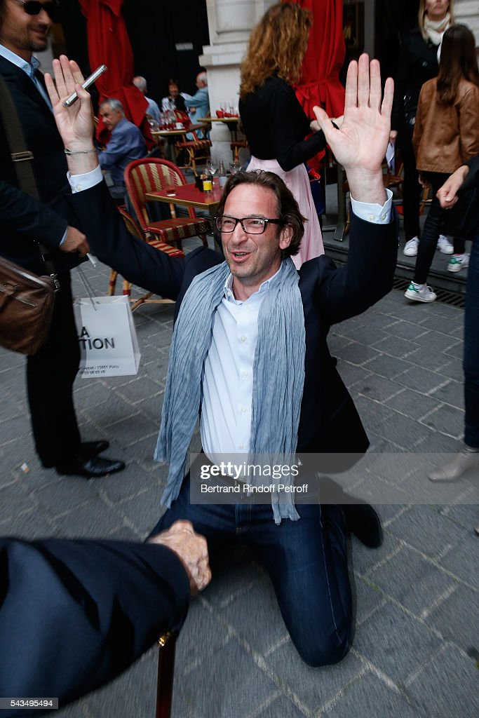 Journalist Francois Busnel kneeling in front of Member of 'Academie francaise' and autor of the Piece, Rene de Obaldia attend 'Du vent dans les branches de Sassafras' Theater Play Live on France 2 TV Chanel. Held at Theatre Edouard VII on June 28, 2016 in Paris, France.