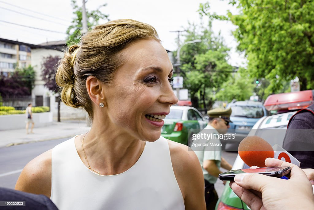 Journalist Karen Dogenwailler, wife of Presidential candidate Marco Enriquez-Ominami speak to the media on November 17, 2013 in Santiago, Chile.