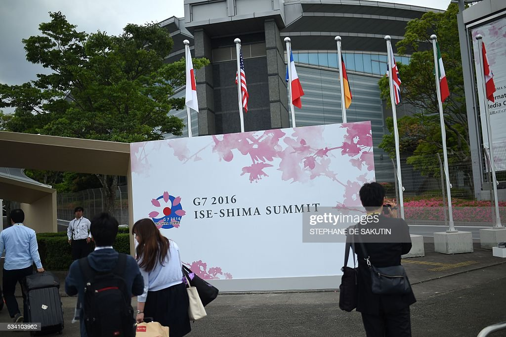 Journalists arrive at the International Media Centre in Ise city, Mie prefecture on May 25, 2016, ahead of the G7 summit. / AFP / STEPHANE