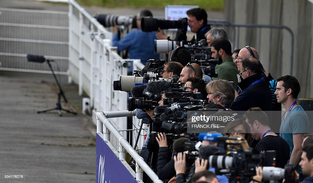 Journalists attend the France team training session in Clairefontaine as part of the team's preparation for the upcoming Euro 2016 European football championships, on May 25, 2016. / AFP / FRANCK