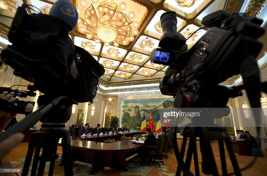 Journalists film a meeting between Romania's Prime Minister Victor-Viorel Ponta and Chinese President Xi Jinping at the Great Hall of the People in Beijing on July 2, 2013. Ponta, on an official tour of several Asian countries, is seeking to attract Chinese investments in Romania. AFP PHOTO / Andy Wong / POOL