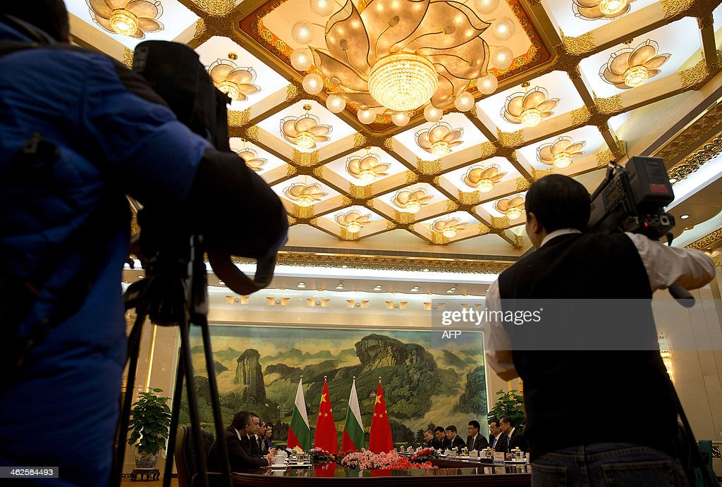 Journalists film Bulgarian President Rossen Plevneliev and Chinese Premier Li Keqiang attending a meeting at the Great Hall of the People in Beijing on January 14, 2014. Plevneliev is on a visit to China from January 12 to 15. AFP Photo/Andy Wong/Pool