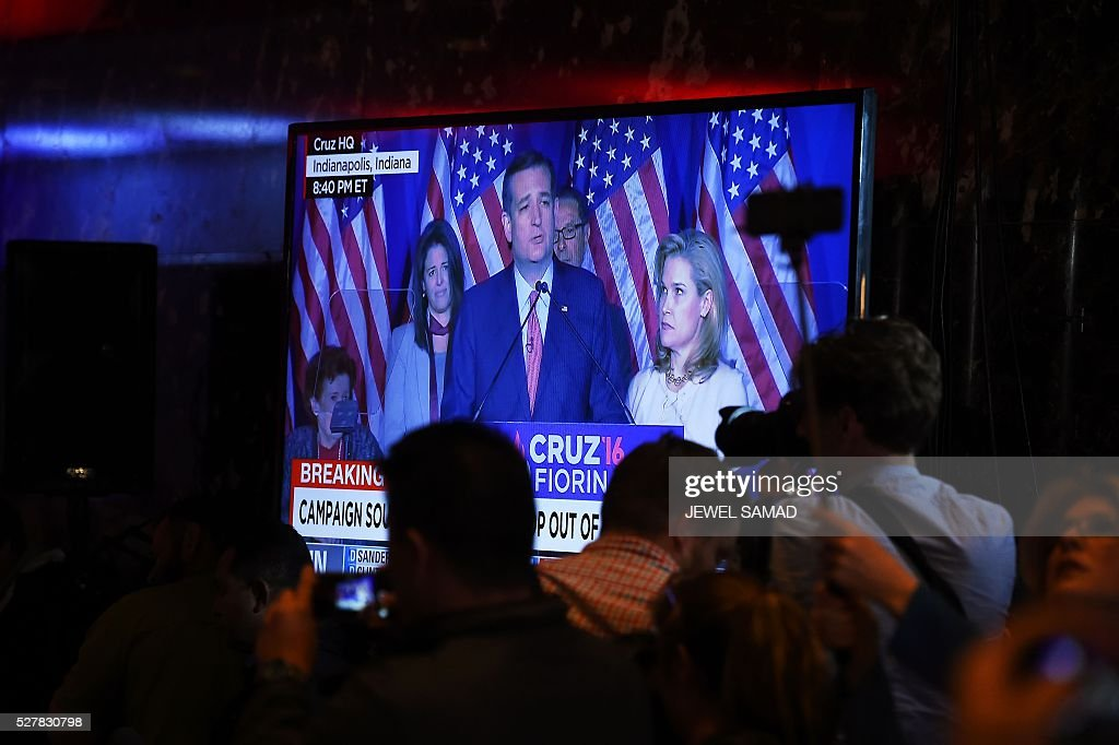 Journalists gather around a television at Trump Tower on May 3, 2016 in New York showing Ted Cruz speaking from Indianapolis as they await the arrival of US Republican presidential candidate Donald Trump. Ted Cruz suspended his White House campaign on Tuesday after suffering a crushing defeat in Indiana's primary, leaving the road wide open for Donald Trump to seize the Republican nomination. / AFP / Jewel SAMAD