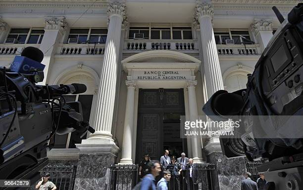 Journalists waits outside Argentina's Central Bank in Buenos Aires on January 8 2010 An Argentine judge on Friday thwarted government efforts to use...