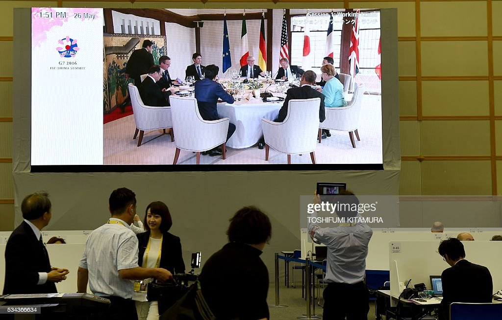Journalists watch the TV live feed of Group of Seven (G7) summit session 1 working lunch event at the International Media Centre in Ise city, Mie prefecture on May 26, 2016. World leaders kick off two days of G7 talks in Japan on May 26 with the creaky global economy, terrorism, refugees, China's controversial maritime claims, and a possible Brexit headlining their packed agenda. / AFP / TOSHIFUMI
