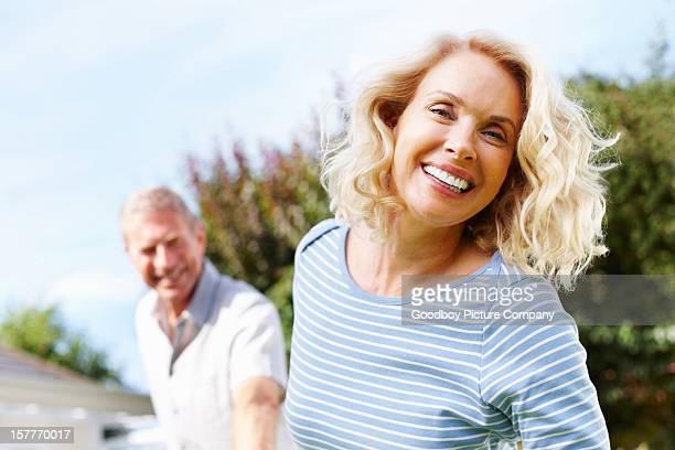 Fröhlich Reife Frau mit ältere Mann in blur gegen Himmel