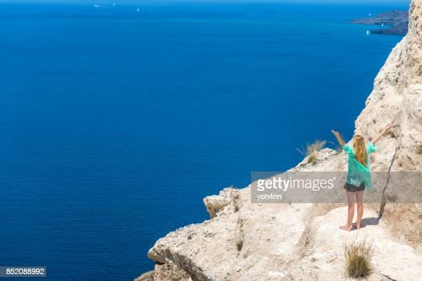 Femme joyeuse & seascape & volcan