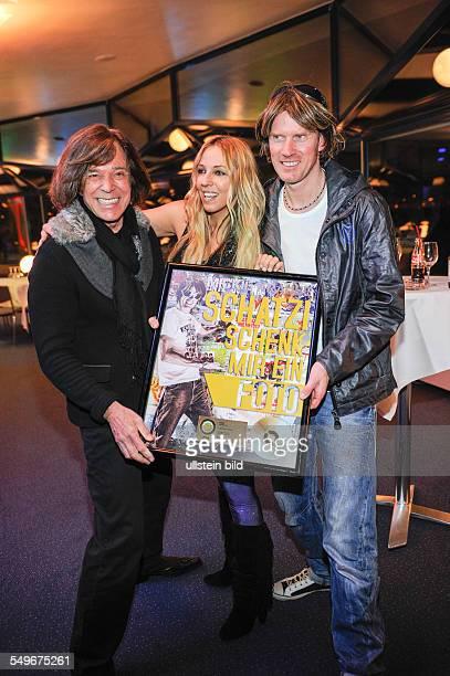 Jürgen Drews Loona und Mickie Krause vlnr bei der Verleihung der goldenen CD an Mickie Krause für 'Schatzi schenk mir ein Foto' in Köln