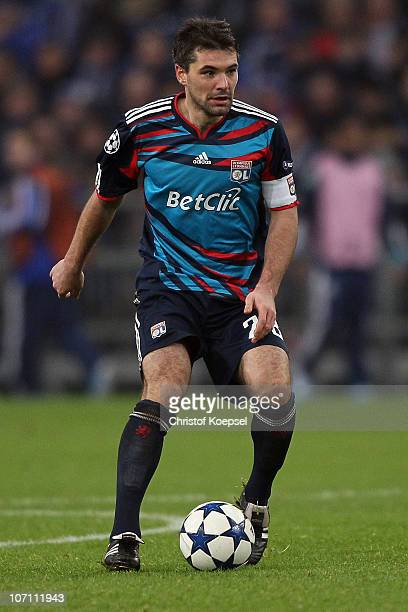 Jérémy Toulalan of Lyon runs with the ball during the UEFA Champions League group B match between FC Schalke 04 and Olympique Lyonnais at Veltins...