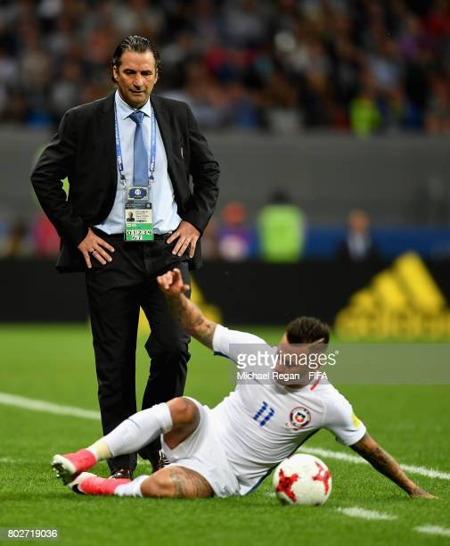 Juan Antonio Pizzi of Chile looks on as Eduardo Vargas of Chile attempts to keep the ball in play during the FIFA Confederations Cup Russia 2017...