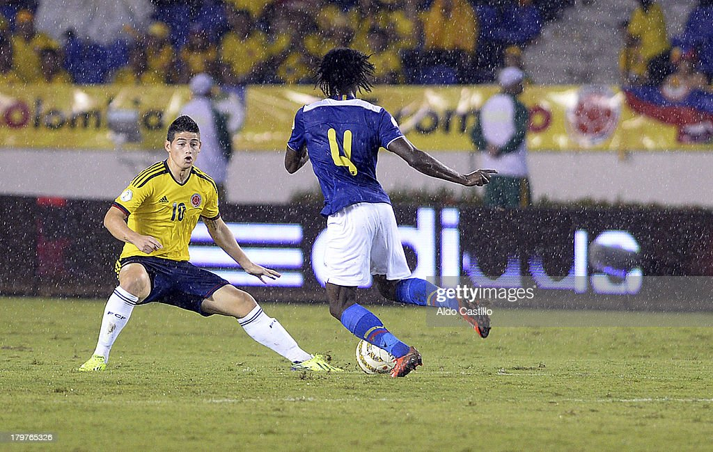 Juan C. Paredes Reasco of Ecuador (R) fights for the ball with Juan C. Zúñiga of Colombia (L) during a match between Colombia and Ecuador as part of the 15th round of the South American Qualifiers at Metropolitano Roberto Melendez Stadium on September 06, 2013 in Barranquilla, Colombia.