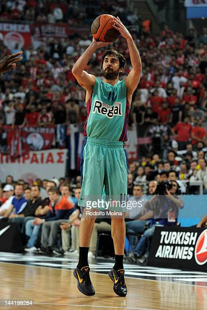 Juan Carlos Navarro #11 of FC Barcelona Regal in action during the Turkish Airlines EuroLeague Final Four Semi Final match between Olympiacos Piraeus...