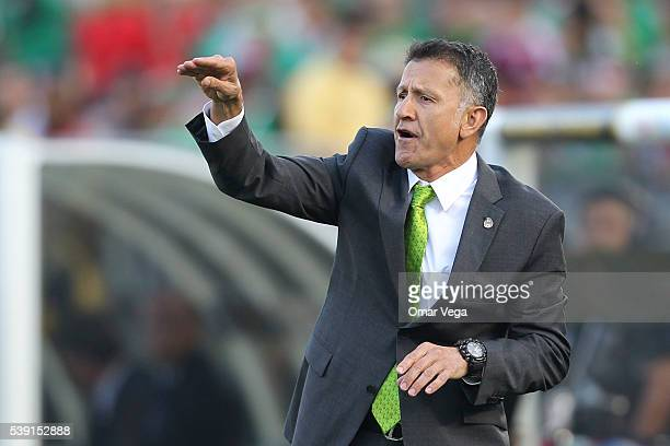 Juan Carlos Osorio coach of Mexico givves instructions to his players during a group C match between Jamaica and Mexico at Rose Bowl as part of Copa...